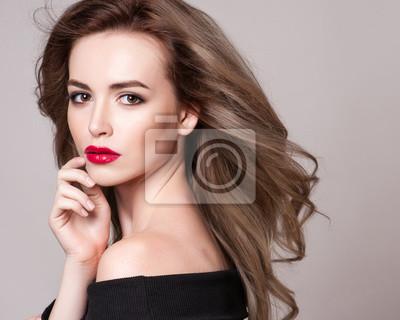 Portrait De Belle Femme Blonde Avec Coiffure Bouclée Et Maquillage