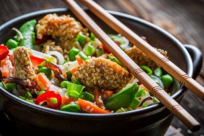 Sticker Poulet au sésame avec légumes et nouilles
