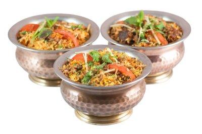 Sticker Poulet biryani ou biryani végétarien ou risotto indien dans des étain bols