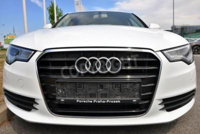 Sticker PRAGUE, LA RÉPUBLIQUE TCHÈQUE, 02.08.2015 - Une nouvelle marque blanche parcs Audi A6 en face de voitures Audi magasin