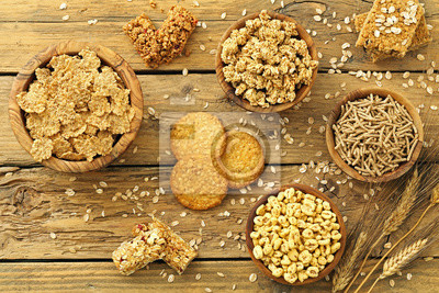 Prima colazione, cereali integrali, sfondo tavolo di cucina rustico ...