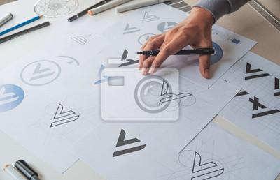 Sticker Processus de développement de concepteur graphique dessin esquisse conception créative idées brouillon Logo produit marque étiquette illustration de marque. Studio de graphiste Concept.