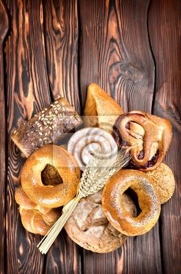 Produits de boulangerie sur des planches de bois