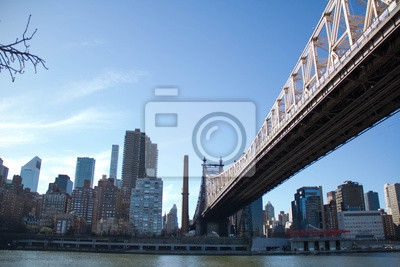 Queensboro pont sur la rivière et les bâtiments à Manhattan avec un ciel bleu