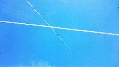 Rayures blanches dans le ciel
