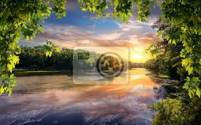 Réflexion du coucher de soleil dans la rivière