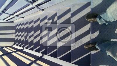 Regardant vers le bas sur les escaliers bleu avec des ombres