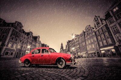 Sticker Retro voiture rouge sur cobblestone vieille ville historique sous la pluie. Wroclaw, Pologne.