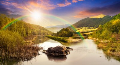 Sticker rivière de la forêt avec des pierres et de l'herbe au coucher du soleil