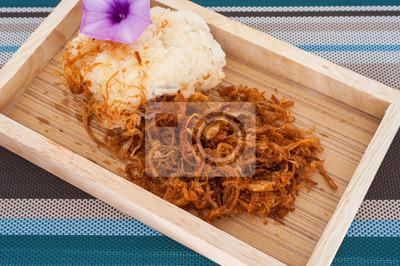 Riz gluant avec du porc frit dans une cuisine thaïlandaise