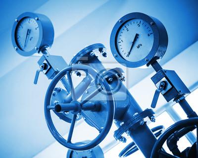 Robinetterie industrielle et manomètres sur le système de canalisation moderne