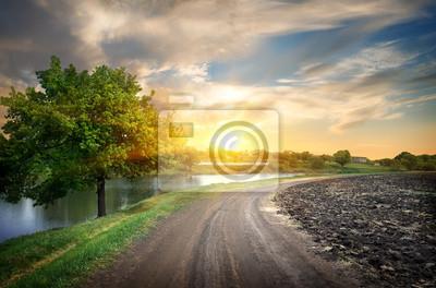 Route de campagne et la rivière