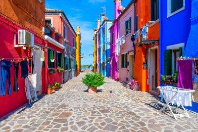 Sticker Rue avec des bâtiments colorés sur l'île de Burano, Venise, Italie. Architecture et monuments de Venise, carte postale de Venise