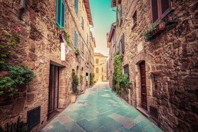 Sticker Rue étroite dans une vieille ville italienne de Pienza. Toscane, Italie. Cru