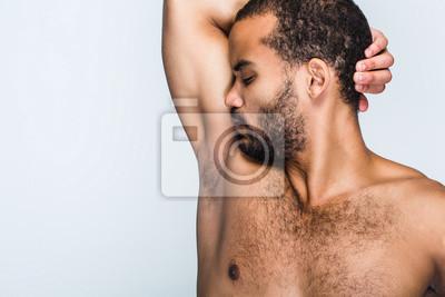 Beau Jeune Homme se sentir frais. portrait de beau jeune homme noir torse nu