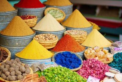 Sticker Sélection d'épices sur un marché marocain