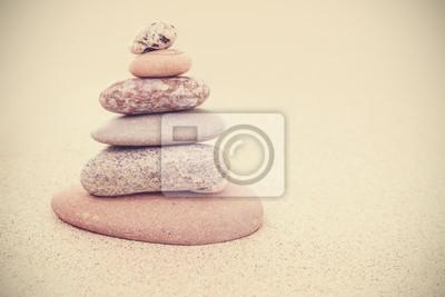 Sticker Sépia rétro pyramide de pierre stylisée sur le sable, l'harmonie et l'équilibre