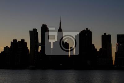 Silhouette Bâtiments de Manhattan dans le noir avant la nuit