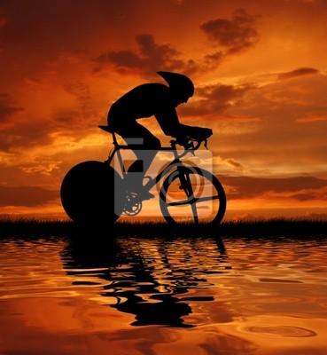 silhouette de cycliste de route au lever du soleil