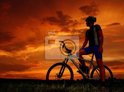 silhouette de vélo de montagne au lever du soleil