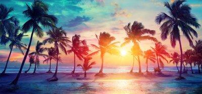 Sticker Silhouettes de palmiers sur la plage tropicale au coucher du soleil - couleurs vintage modernes