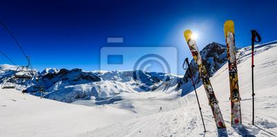 Sticker Ski en hiver, montagne et matériel de ski de randonnée au sommet par beau temps en France, Alpes au-dessus des nuages.