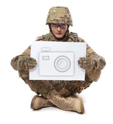 Soldat moderne tenant une affiche