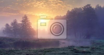 Sticker Soleil du matin d'automne. Paysage brumeux de l'aube sur la rivière. Belle scène d'automne de la nature d'automne