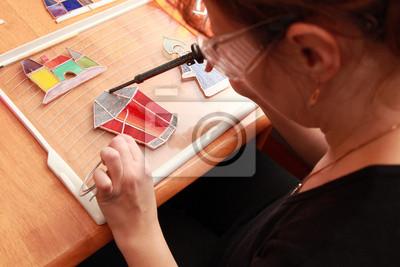 Souillé verrier travaille avec des souvenirs colorés