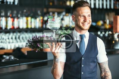 Sticker Souriant garçon prêt à servir un cocktail