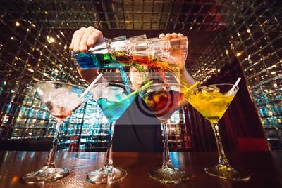 Sticker Spectacle barman. Le barman sert des cocktails alcooliques.