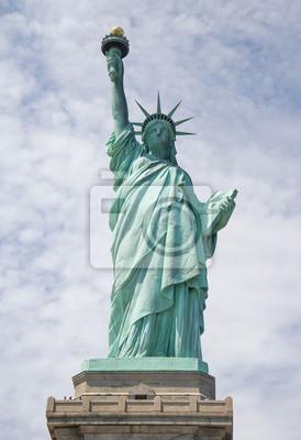 Statue de la liberté et le ciel nuageux