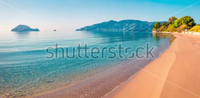 Sticker Superbe vue du matin sur la plage de l'île de Zante (Zante). Paysage marin printanier ensoleillé de la mer Ionienne, Grèce, Europe. Beauté de fond de concept de nature.