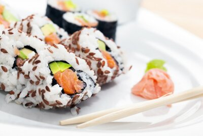 Sticker Sushi au saumon, avocat, riz aux algues servi avec wasabi et gingembre.