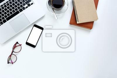 Table de bureau moderne en bureau blanc avec ordinateur portable