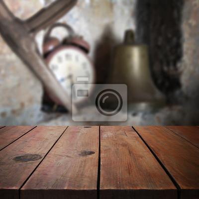 Table en bois dans le jardin pour l'affichage des produits montage