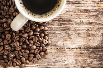 Sticker Tasse à café et les haricots sur une table en bois