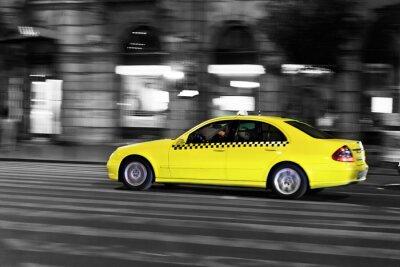 Sticker Taxi jaune se déplace dans la rue la nuit de la ville