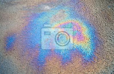 Texture de fond d'un déversement d'huile sur la route goudronnée