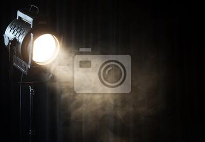 Sticker théâtre de cru de la lumière spot sur le rideau noir de fumée