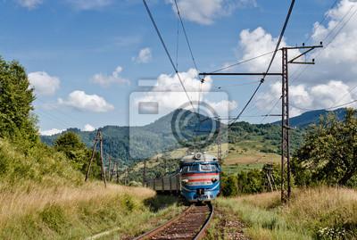 Train ferroviaire dans les montagnes des Carpates, Ukraine