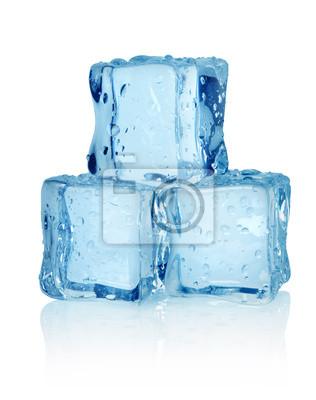 Trois cubes de glace isolés