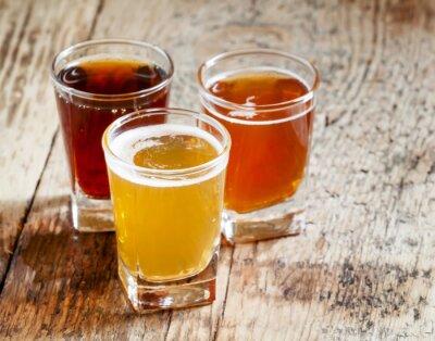 Sticker Trois types de bière sur fond vieux bois, mise au point sélective