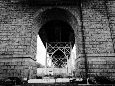 Tunnel sous le pont en style noir et blanc