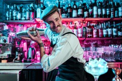 Sticker Un barman expert prépare des cocktails au club ou au bar. Verre de cocktail fougueux sur le comptoir de bar sur le fond des mains de barman avec le feu. Concept de jour de barman