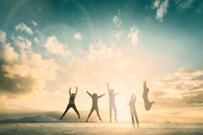 Sticker Un groupe de personnes de la famille heureuse célèbre le saut pour une vie réussie sur le concept du week-end pour la victoire, la confiance en la liberté financière.