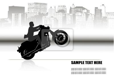 un homme sur une moto sur le fond de la ville