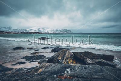Sticker Vagues de la mer de Norvège sur la plage rocheuse du fjord. Ramberg beach, îles Lofoten, Norvège