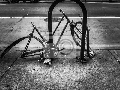 Vélo cassé dans la rue en style noir et blanc, New York