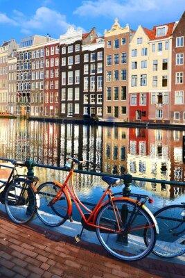 Sticker Vélos le long des canaux avec des reflets, Amsterdam, Pays-Bas